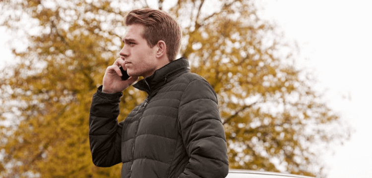 Hombre llamando por teléfono tras un pequeño accidente