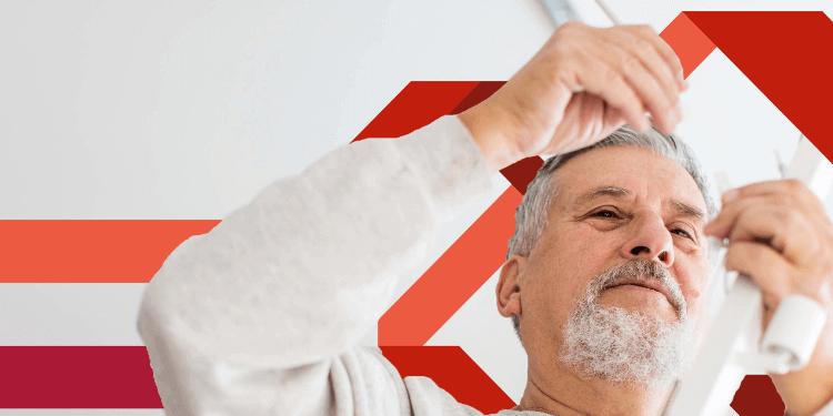 Hombre mayor arreglando algo en casa