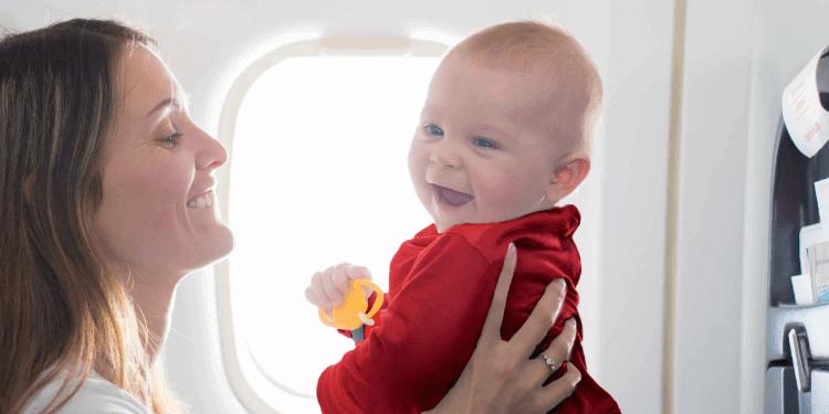 Madre e hijo volando en avion