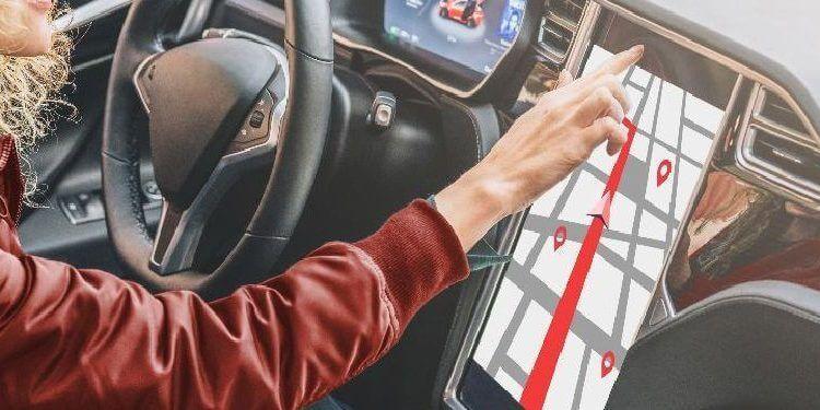 Una mujer joven conduce un coche moderno