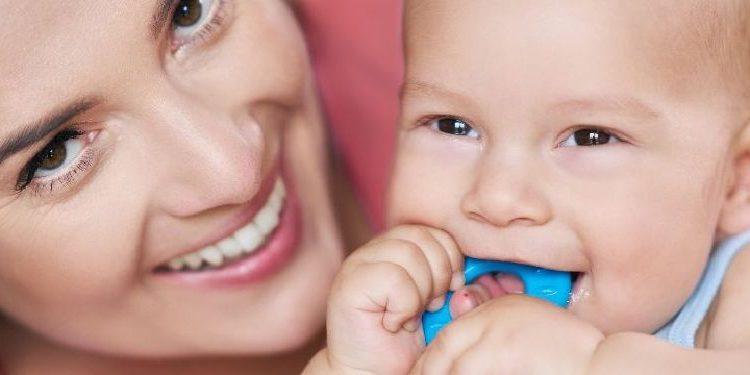 Una mamá y su recién nacido con un anillo de dentición.jpg