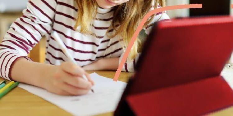 Una niña estudiando en casa