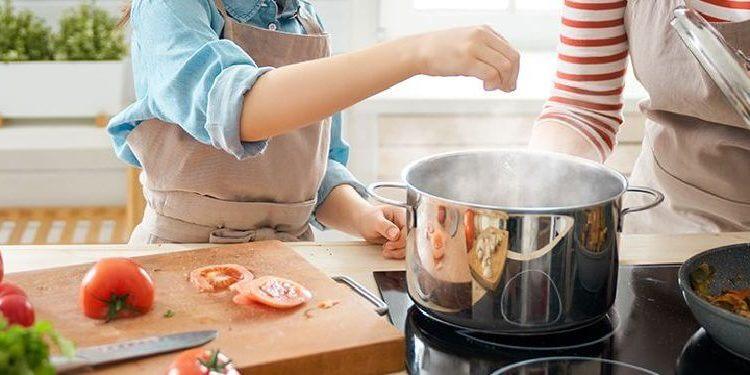 madre e hija haciendo cocina de aprovechamiento