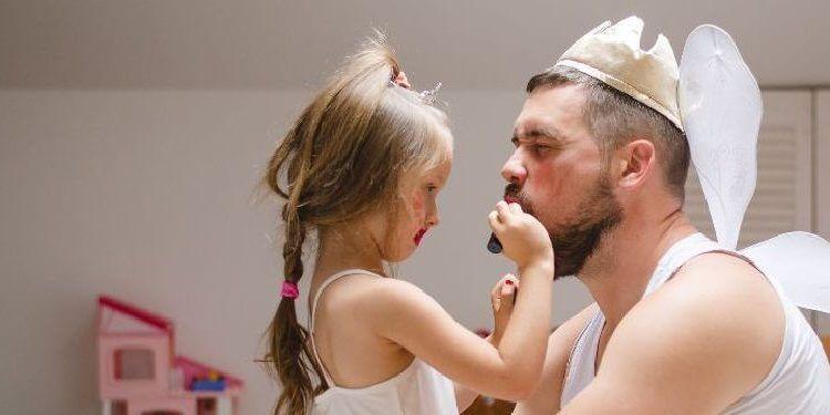 Padre e hija disfrazandose
