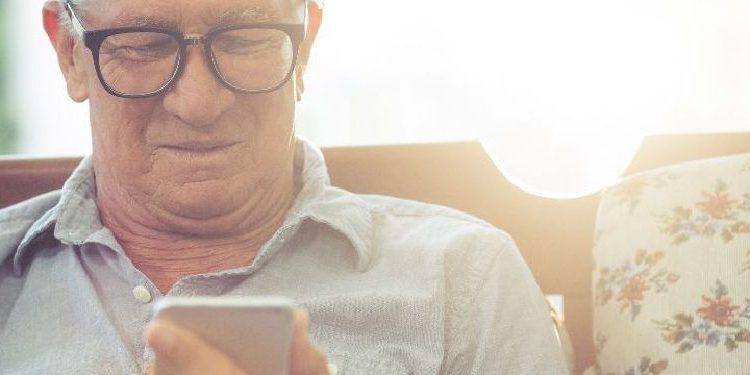 Hombre mayor mandando mensaje durante cuarentena