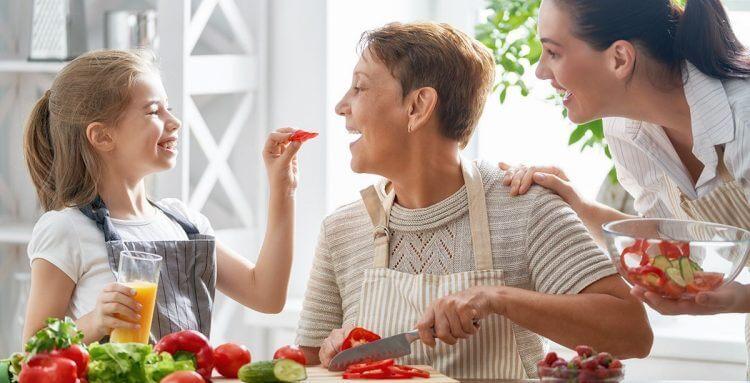familia cocinando alimentos buenos para corazón
