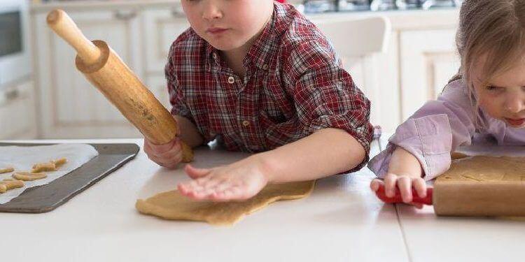 niños haciendo repostería de forma segura