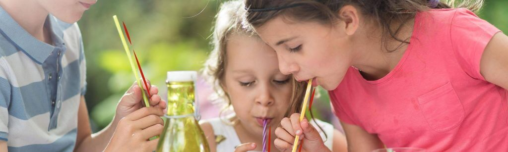 Di adiós a los refrescos: consigue que tus hijos beban agua con estos consejos